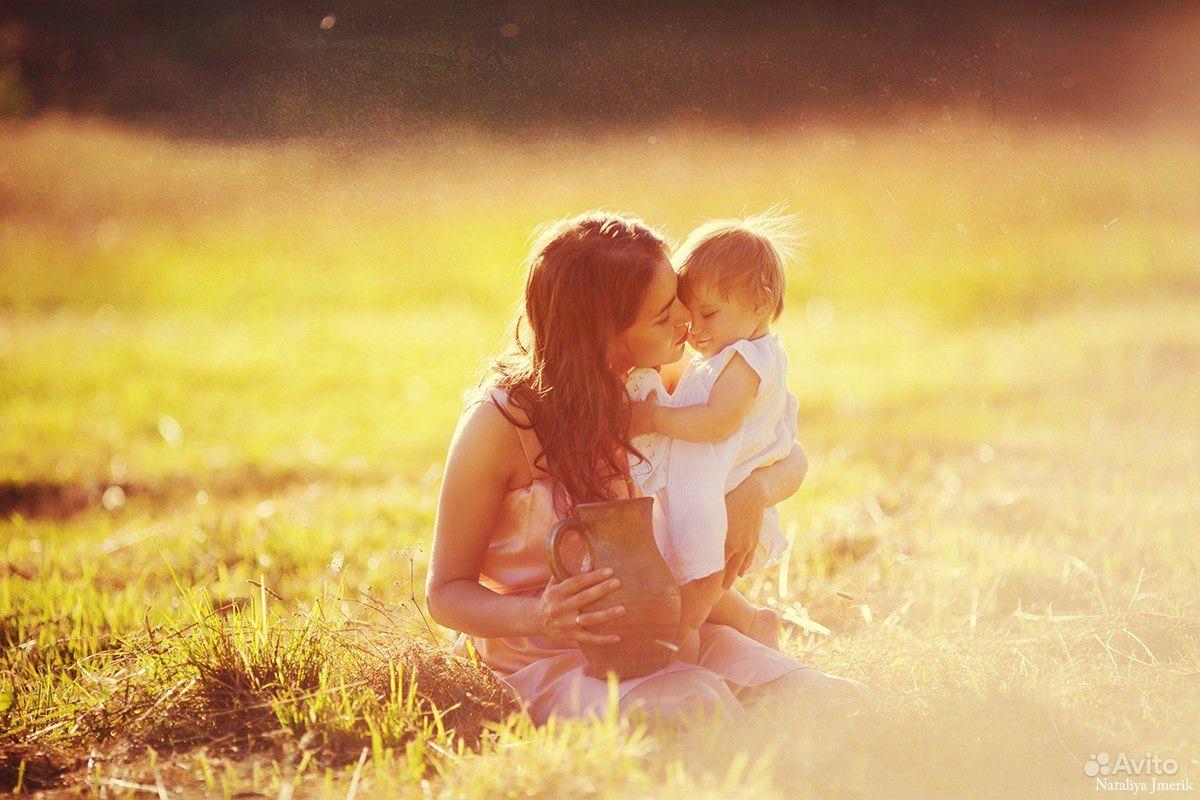 Картинки мамы с малышом на руках со спины, открытку